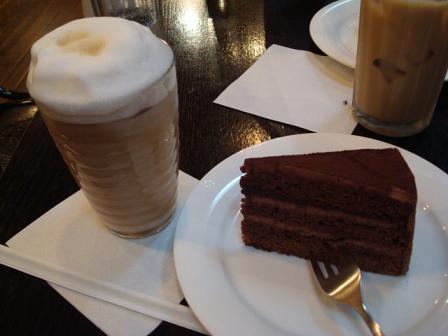 チョコレートケーキ&カフェラテ