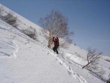 スキーを担ぎアイゼンで登ります。