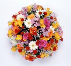明るい色を基調とした花束