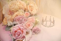 ピンクのバラの花束と銀色のクラウン