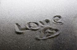 砂浜に描かれたLOVEの手書き文字