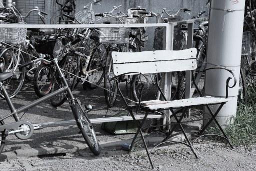 自転車とベンチ
