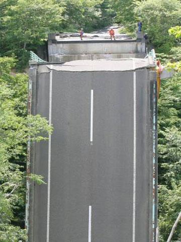 地震で崩落した国道342号の祭畤大橋=岩手県一関市厳美町