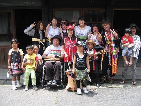 岩国子ども劇場事務所開き集合写真(鬼太郎をさがせ!)