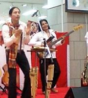 2008元旦シサイライブin大竹にて~ベース奏者のマルセロ(右)