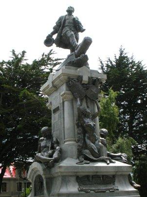 マゼラン像