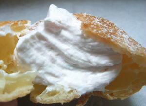 甘酸っぱい白桃クリームがたっぷり。