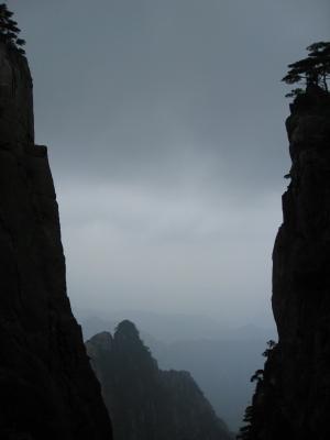 岩の間から