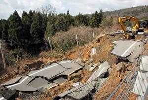 両側車線が完全に陥没し、ガードレールが宙づりになった能登有料道路の被災現場。=3月29日午前11時、七尾市中島町で