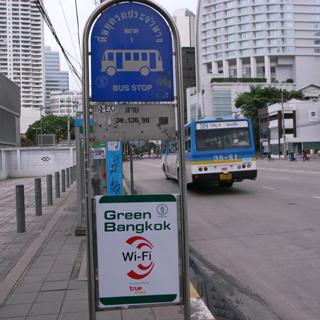 バス停のWiFi看板