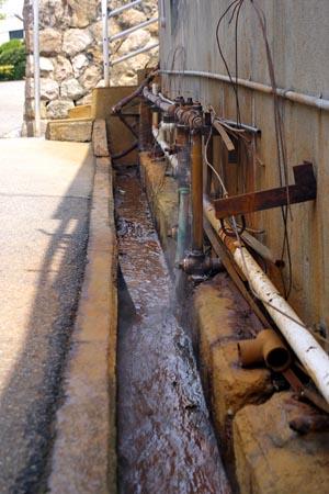 湯が出てる水路