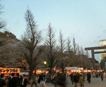 靖国神社参道のお花見模様