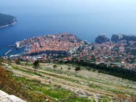 スルジ山の上から見た旧市街と登山道