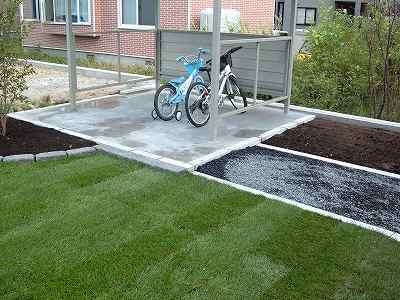 自転車置き場と畑