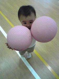 両手にボール
