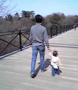 橋を渡る親子