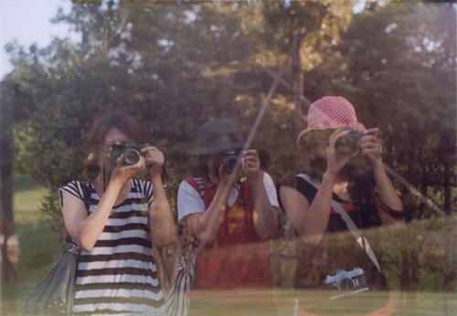ガラスに写った3人