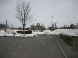 雪解けが進む公園