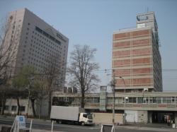 旭川市役所総合庁舎(左は旭川グランドホテル)