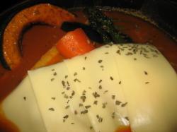 こちらもチーズの下に角煮風ポークです(^^)