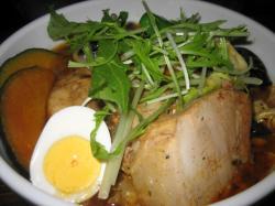 チキンスープに柔らかチキン、トッピングは厚切り角煮 すごいボリューム!