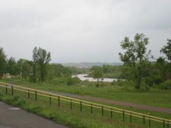 蛇行する川の向こうには旭川北大橋