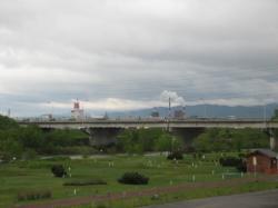 秋月橋の向こうには煙が上がるパルプ工場