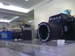 車やカメラなどが紙で作られています(^^)