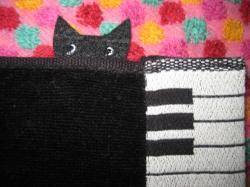 ピアノの横から黒猫が・・・(^^)