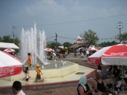 総合体育館前の噴水が涼しげ(クラシックカーフェスティバル開催時の写真です)