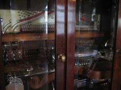 ハンマーで弦を叩くピアノ形式のオルゴール