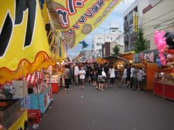 たくさんの人でにぎわう上川神社祭露店