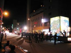 次々に山車が行き交う昭和通り