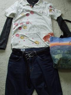 金魚ポロシャツとジーンズ。