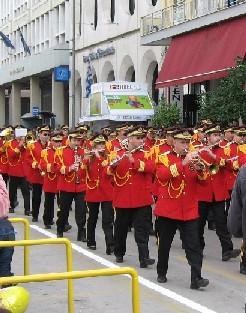 パレードの先頭に立つ楽隊
