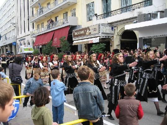 ギリシャの伝統衣装を着た生徒たちの行進