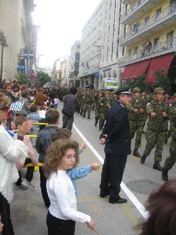 こちらは兵隊さんの行進、軍、警察、消防隊などは乗り物もパレードに登場する