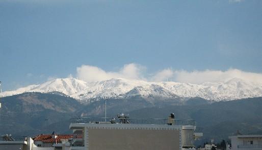 パトラスの後ろにそびえる山々にも、今年は雪がたっぷり!