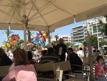 プシラローニャ広場のカフェで。注文するだけで30分も待ちました!