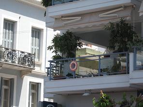 5月1日には、こんな感じにバルコニーの中心に花輪を飾るのがギリシャの習慣です。