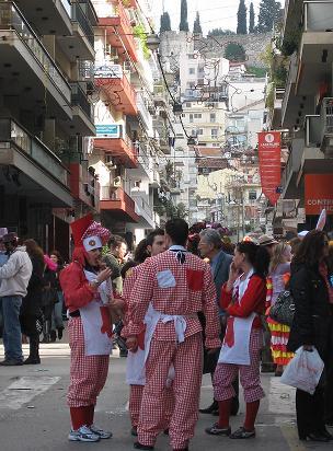 パレードの済んだグループの人たちが、疲れを癒してちょっとリラックス。