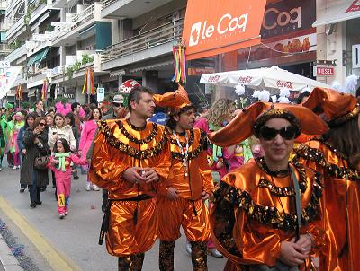 これもパレードが終わったグループの人たち。みな休憩して、閉会式に備えます。
