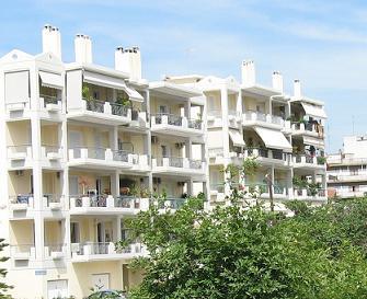最近ギリシャで建てられるマンションはこんな感じ。煙突のある分だけ、暖炉があるということ。無地のベランダの日よけも典型的。