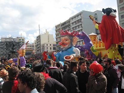 パレードの最初に通過する、山車の一つ