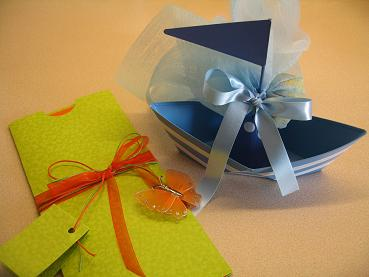 今回の洗礼式の招待状と、ボンボニエレス。マストに砂糖菓子が結び付けてあって、赤ちゃんの名前がマストの裏に書いてあります。