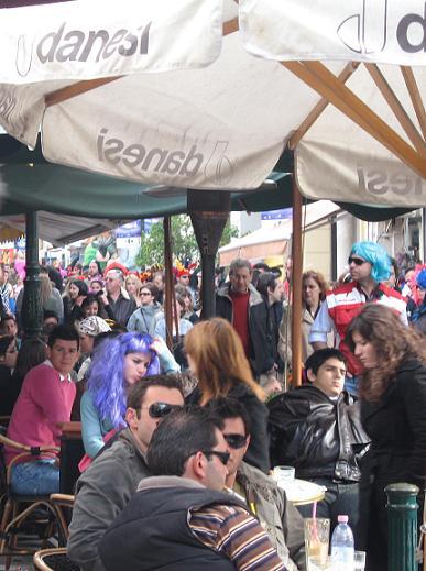 パトラス中心の一番混む通り。並ぶカフェは満席。身動きできないほど人で一杯でした。