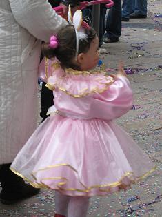 そばを何回か通って、うちの赤ちゃんににっこりしてた女の子。ほっぺにうさぎのひげが描いてあって、かわいかったです。