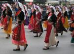 ケルキラ島の伝統衣装を着た生徒たち