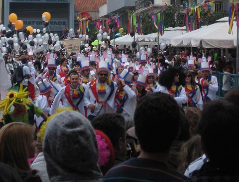 パレードするグループの一つ
