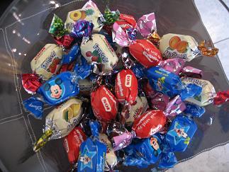 IONのミニ卵型チョコやキャラメル、ジェリーなど子供向けのギリシャのお菓子
